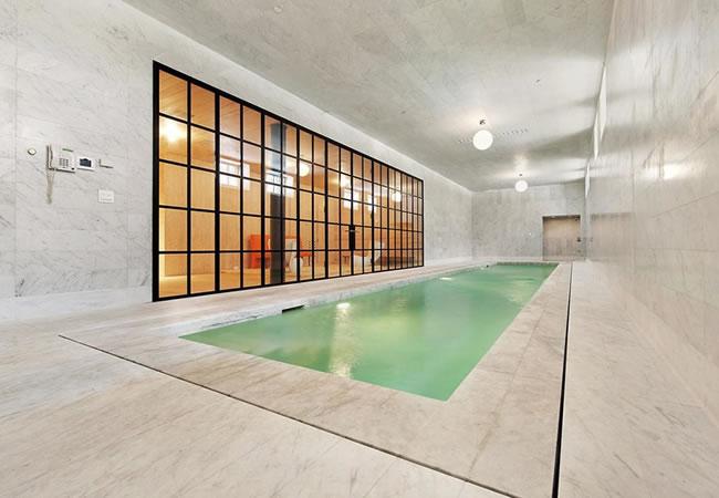 Zwembad met tegels bouwen prijs tips advies for Binnenzwembad bouwen