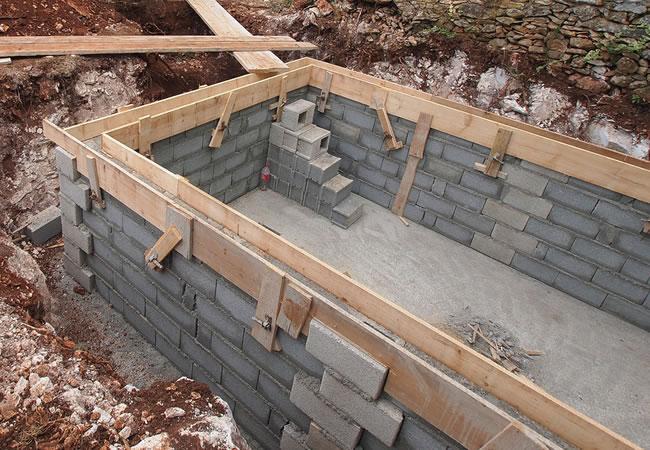 Betonnen zwembad plaatsen prijs tips advies for Zelf zwembad bouwen betonblokken